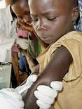 <p>Vaccinazione anti-vaiolo in Burundi, nel 2004. REUTERS stringer</p>