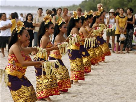 Balinese dancers perform during the opening of a carnival on Indonesia's resort island of Bali February 19, 2009. REUTERS/Murdani Usman/Files