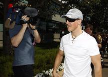 <p>Schumacher chega para GP em Melbourne. O piloto brasileiro Rubens Barrichello, da Williams, torce para que Michael Schumacher esteja competindo apenas por prazer, e acha que o heptacampeão alemão tem mais a perder do que a ganhar ao voltar à Fórmula 1 após três temporadas aposentado das pistas.25/03/2010.REUTERS/Mick Tsikas</p>
