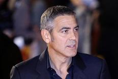 """<p>O ator George Clooney chega para exibição do filme """"Homens que Encaravam Cabras"""" em Londres. O filme estreia nesta semana em circuito nacional. 15/10/2009 REUTERS/Stefan Wermuth</p>"""