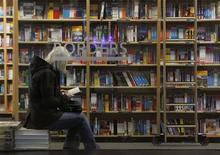 """<p>Женщина читает книгу в магазине Borders в Нью-Йорке 16 марта 2010 года. Всемирный экономический кризис негативно сказался на многих вещах, исключая человеческую фантазию, и лучший тому пример - книга """"Крюкообразные приключения гиперболических плоскостей"""", ставшая новым лауреатом ежегодной премии, присуждаемой за самое странное название литературного произведения. REUTERS/Brendan McDermid</p>"""