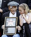 """<p>El actor Dennis Hopper y su hija de siete años, Galen, durante la entrega de su estrella en el Paseo de la Fama de Hollywood, mar 26 2010. Hopper recibió el viernes una estrella en el Paseo de la Fama de Hollywood, contrariando los reportes que señalaban que el actor de """"Easy Rider"""", estaba moribundo. REUTERS/Mario Anzuoni</p>"""