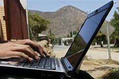 <p>Le Wi-Fi est populaire auprès des utilisateurs d'ordinateurs portables mais la technologie est encore au stade embryonnaire en ce qui concerne les téléphones mobiles. Cependant le recours au Wi-Fi pour accéder à internet depuis un téléphone portable est une tendance en forte progression et se présente comme une alternative moins coûteuse pour le consommateur et devrait permettre de désengorger les réseaux mobiles, une préoccupation croissante des opérateurs. /Photo d'archives/ REUTERS/Ivan Alvarado</p>