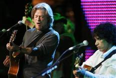 <p>Daryl Hall (L) and John Oates of the duo Hall & Oates perform after receiving the BMI Icons award at the Broadcast Music Inc. (BMI) Annual Pop Awards in Beverly Hills, California May 20, 2008. REUTERS/Fred Prouser</p>