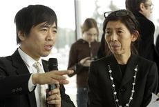 <p>Ryue Nishizawa parla con la stampa accanto alla collega Kazuyo Sejima, foto d'archivio. REUTERS/Denis Balibouse</p>