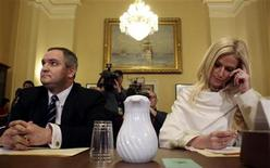 """<p>Imagen de archivo de Tareq y Michaele Salahi, testificando ante el Comité de Seguridad Nacional en Washington. Ene 20 2010. Una pareja de Washington que se coló a una cena oficial de la Casa Blanca en noviembre actuará en una nueva serie del reality show """"Real Housewives"""", del canal de cable Bravo, informó el viernes el sitio de internet The Daily Beast. REUTERS/Larry Downing/ARCHIVO</p>"""