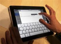 <p>o iPad é exibido em San Francisco. Alguns consumidores que fizeram pré-encomendas do novo tablet iPad da Apple poderão precisar esperar um pouco mais que o esperado para receber o aparelho, à medida em que a empresa parece ter alguns problemas para atender à demanda.27/01/2010.REUTERS/Kimberly White</p>
