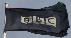 <p>Foto de archivo de la bandera de la cadena estatal británica BBC en su sede matriz de Londres, nov 21 2008. La cadena estatal británica BBC aplazó el lanzamiento de sus aplicaciones para celulares con las que buscaba ofrecer noticias y deportes gratis a dispositivos como iPhone de Apple, después que varios diarios expresaran su temor por la competencia directa que supondrían. REUTERS/Andrew Winning</p>