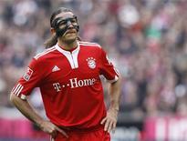 <p>Zagueiro do Bayern de Munique Martin Demichelis deixa o campo após derrota para o Stuttgart em Munique no sábado. 27/02/2010 REUTERS/Michael Dalder</p>