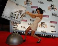 """<p>Foto de archivo de la cantante Katy Perry durante la entrega de premios MTV Europa en Berlín, nov 5 2009. La cadena MTV añadió la categoría """"superestrella global"""" para sus premios MTV Movie Awards 2010 y está pidiendo, por primera vez, que sus seguidores ayuden a escoger al ganador, señalaron el lunes sus organizadores. REUTERS/Fabrizio Bensch</p>"""