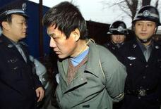 <p>Признанного виновным в вооруженном ограблении и убийстве китайца ведут на смертную казнь 22 декабря 2002 года. Правозащитная организация Amnesty International призвала Китай обнародовать списки казненных или приговоренных к смертной казни за 2009 год. По данным организации, КНР казнила больше людей, чем все остальные страны мира вместе взятые. REUTERS/China Photo</p>