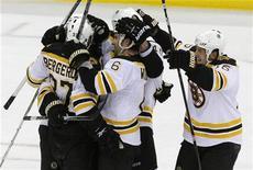 """<p>Игроки """"Бостона"""" радуются победе над """"Нью- Джерси"""" в регулярном матче НХЛ в Ньюарке, штат Нью-Джерси 30 марта 2010 года. Борьба за попадание в восьмерку сильнейших команд в каждой из конференций Национальной хоккейной лиги вступает в финальную стадию, и претенденты на выход в плей-офф яростно сражаются за каждое очко в оставшихся матчах регулярного чемпионата. REUTERS/Mike Segar</p>"""