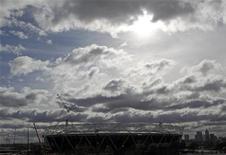 """<p>Олимпийский стадион, строящийся на востоке Лондона к Олимпиаде 2012 года, 4 марта 2010 года. Организаторы летней Олимпиады 2012 года в Лондоне попали в """"тяжелое"""" финансовое положение - на покрытие новых рисков будет выделено лишь 194 миллиона фунтов стерлингов ($290 миллионов), сообщил парламентский комитет Великобритании в среду. REUTERS/Andrew Winning</p>"""