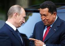 <p>Премьер-министр РФ Владимир Путин (слева) и президент Венесуэлы Уго Чавес на встрече в Ново-Огарево 22 июля 2008 года. Нефть и оружие станут основной темой переговоров между премьер-министром России Владимиром Путиным и президентом Венесуэлы Уго Чавесом, которые хотят продемонстрировать США приверженность идеям многополярного мира, считают аналитики. REUTERS/Miraflores Palace/Handout</p>