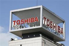<p>Imagen de archivo del logo de Toshiba Corp, en la sede de la compañía en Tokio. Ene 10 2009. Toshiba Corp dijo el miércoles que vendería una planta de paneles LCD en Singapur a la taiwanesa Au Optronics Corp, debido a que busca renovar su negocio de pantallas de cristal líquidos que da pérdidas. REUTERS/Stringer/ARCHIVO</p>