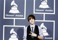 <p>Singer Justin Bieber gestures as he arrives at the 52nd annual Grammy Awards in Los Angeles January 31, 2010. REUTERS/Mario Anzuoni</p>