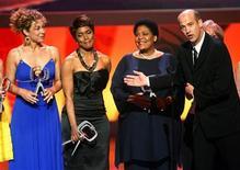 """<p>Foto de archivo del elenco de la serie """"ER"""" durante los premios TV Land en Los Angeles, abr 19 2009. Mills, un guionista ganador del Emmy que contribuyó con los dramas """"The Wire"""" y """"ER"""", falleció a los 48 años, dijo el miércoles la cadena HBO. REUTERS/Fred Prouser</p>"""
