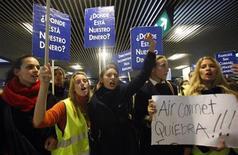 <p>Foto de archivo de una manifestación de los empleados de la línea aérea Air Comet en Madrid, dic 22 2009. Varias azafatas de Air Comet, a las que la aerolínea debe los salarios de nueve meses, han posado desnudas en un calendario para llamar la atención sobre su situación. REUTERS/Juan Medina</p>