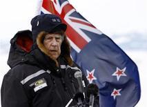 <p>Imagen de archivo de Sir Edmund Hillary, el primer hombre en escalar el monte Everest, en un a base escocesa en la Antárctica. Enero 20 2007. Un sherpa nepalí esparcirá las cenizas de Sir Edmund Hillary, el conquistador del monte Everest, en la cima del mundo, más de dos años después de la muerte del heroico escalador. REUTERS/Wayne Drought/ARCHIVO</p>