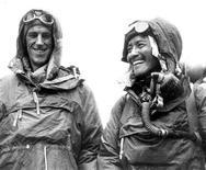 <p>Сэр Эдмунд Хиллари (слева) и шерпа Тенцинг Норгей после покорения Эвереста в Катманду. Непальский шерпа развеет прах первого покорителя Эвереста сэра Эдмунда Хиллари на вершине самой высокой в мире горы спустя более чем два года со дня смерти легендарного альпиниста. REUTERS/Picture Norgay Archive/Handout</p>