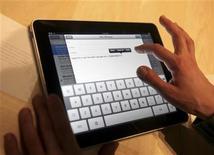 """<p>Imagen de archivo del lanzamiento del nuevo computador de Apple """"iPad"""", en San Francisco. Ene 27 2010. Las primeras críticas del iPad de Apple le dieron muy buenas notas por la duración de su batería y por su facilidad de uso, pero dijeron que no acabará todavía con el mercado de los portátiles, según The New York Times y The Wall Street Journal. REUTERS/Kimberly White /ARCHIVO</p>"""