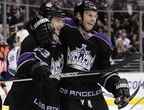"""<p>Игроки """"Лос-Анджелеса"""" Дастин Браун и Райан Смит радуются шайбе, забитой в ворота """"Ванкувера"""", в Лос-Анджелесе 1 апреля 2010 года. """"Лос-Анджелес"""" в четверг нанес сокрушительное поражение """"Ванкуверу"""", обыграв канадскую команду со счетом 8-3 в регулярном чемпионате Национальной хоккейной лиги (НХЛ). REUTERS/Lucy Nicholson</p>"""