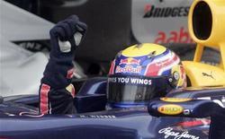 <p>O piloto da Red Bull Mark Webber comemora depois de sessão classificatória do Grande Prêmio da Malásia de Fórmula 1. O australiano conquistou neste sábado a pole position depois que uma tempestade tropical colocou alguns de seus maiores rivais no final do grid. 03/04/2010 REUTERS/Bazuki Muhammad</p>