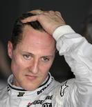 <p>Schumacher assiste à primeira sessão de treino no circuito Sepang F1. O heptacampeão adicionou mais frustração ao seu retorno à Fórmula 1 neste sábado, quando foi novamente ofuscado pelo companheiro de equipe na Mercedes, Nico Rosberg, no treino classificatório para o Grande Prêmio da Malásia. 02/04/2010 REUTERS/Vivek Prakash</p>