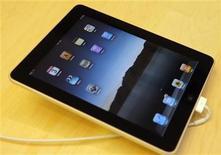 <p>Un iPad de Apple en una tienda de San Francisco, EEUU. Abr 3 2010. Luke Soules fue uno de los primeros en el planeta en poner sus manos sobre un iPad. Y no le tomó tiempo desarmarlo. Soules, cofundador de iFixit, abrió el aparato el sábado para descubrir una memoria flash NAND de Samsung Electronics, y microchips de Broadcom Corp y Texas Instruments Inc. REUTERS/Robert Galbraith</p>