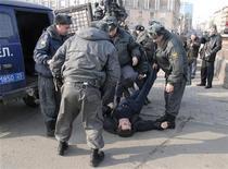 <p>Милиционеры разгоняют митинг, организованный оппозиционерами во Владивостоке, 31 марта 2010 года. УВД Владивостока ищет авторов граффити, на которых милиционер избивает лежачего, и пригрозила крупными штрафами за рисунки, ставшие новой формой уличного протеста против милицейского произвола, сообщили местные СМИ. REUTERS/Yuri Maltsev</p>