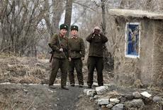 <p>Солдаты армии Северной Кореи охраняют территорию у берегов реки Ялуцзян, 4 апреля 2010 года. Где-то в Северной Корее коммунисты продолжают удерживать более 500 южнокорейских военнопленных, несмотря на то, что гражданская война, разделившая полуостров, закончилась более 50 лет назад. REUTERS/Jacky Chen</p>