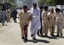 <p>Раненому мужчине помогают уйти с места взрыва боевика-смертника в Тимергаре 5 апреля 2010 года. Не менее 15 человек погибли при взрыве на собрании политической партии на северо-западе Пакистана, сообщили врачи. REUTERS/Ali Shah</p>
