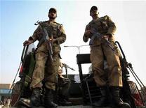 <p>Пакистанские солдаты охраняют место взрыва в Пешаваре 5 декабря 2009 года. Правозащитники предъявили пакистанским военным новые обвинения в расправах и пытках мирных жителей, что может серьезно осложнить отношения Пакистана и их главного союзника США. REUTERS/Fayaz Aziz</p>