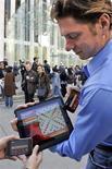 """<p>ravis Boatman demonstra jogo no iPad em Nova York. Analistas de Wall Street se juntaram às massas nesta segunda-feira e definiram o lançamento do iPad da Apple como """"sólido"""", com alguns apontando que as vendas do aparelho chegarão a 5 milhões de unidades nos primeiros 12 meses.03/04/2010.REUTERS/Ray Stubblebine-Electronic Arts/Handout</p>"""
