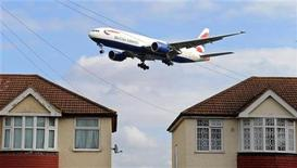 <p>An aircraft descends to land at Heathrow Airport in west London, March 22, 2010. REUTERS/Toby Melville</p>