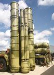 """<p>Модификация системы С-300 """"Фаворит"""" на авиашоу в Жуковском 18 августа 1999 года. Иран призвал во вторник Россию не поддаваться давлению Запада в вопросе о поставке Тегерану российских зенитных ракетных систем, которые, по мнению экспертов, способны защитить иранские ядерные объекты от возможных авиаударов. REUTERS/Viktor Korotayev</p>"""