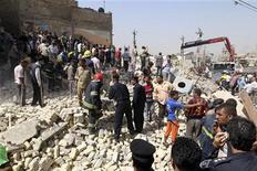 <p>Сотрудники правоохранительных органов работают на месте взрыва в Багдаде 6 апреля 2010 года. Как минимум 28 человек погибли и 93 получили ранения в результате взрывов в столице Ирака во вторник, сообщил Рейтер источник в полиции. REUTERS/Mohammed Ameen</p>