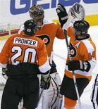 """<p>Игороки """"Филадельфии"""" радуются победе над """"Торонто"""" в матче регулярного чемпионата Национальной хоккейной лиги в Филадельфии 4 апреля 2010 года. """"Филадельфия"""" заработала драгоценные очки, необходимые для попадания в плей-офф Кубка Стэнли, обыграв """"Торонто"""" в матче регулярного чемпионата Национальной хоккейной лиги со счетом 2-0. REUTERS/Tim Shaffer</p>"""