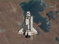 <p>El transbordador Discovery se dirige a la Estación Espacial Internacional, en una imagen de NASA TV con la Tierra de fondo. Abr 7 2010. El transbordador espacial Discovery llegó a la Estación Espacial Internacional el miércoles para una de las últimas misiones de revisión y resuministro antes de que la flota sea retirada este año. REUTERS/NASA TV</p>