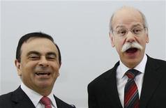 <p>Dieter Zetsche (D), presidente ejecutivo de la automotriz alemana Daimler AG y Carlos Ghosn (I) , presidente ejecutivo de Renault-Nissan Alliance durante la firma de un acuerdo en Bruselas. 7 de abril de 2010. REUTERS/Thierry Roge</p>