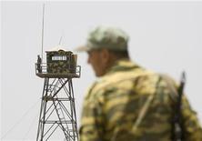 <p>Пограничник стоит на границе с Афганистаном на реке Пяндж, в 150 км к югу от Душанбе 31 мая 2008 года. Проблема безопасности в Центральной Азии вызывает серьезную озабоченность Запада, стремящегося предотвратить распространения исламского экстремизма в нестабильном регионе, богатом энергоресурсами. REUTERS/Shamil Zhumatov</p>