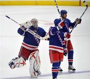 """<p>Игроки """"Рейнджерс"""" радуются победе над """"Торонто"""" в Нью-Йорке 7 апреля 2010 года. Хоккеисты """"Рейнджерс"""" сумели вернуть интригу в борьбу за попадание в плей-офф Кубка Стэнли, обыграв """"Торонто"""" в матче регулярного чемпионата Национальной хоккейной лиги со счетом 5-1. REUTERS/Ray Stubblebine</p>"""
