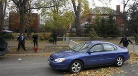 <p>Полиция стоит перед домом президента США Барака Обамы в Чикаго 20 ноября 2008 года. Старый особняк по соседству с домом президента США Барака Обамы в Чикаго был продан за $1,4 миллиона, сообщил агент по торговле недвижимостью в среду. REUTERS/John Gress</p>