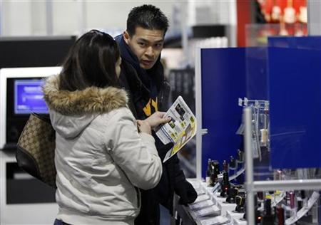 Customers shop for cameras at a Best Buy store in Flushing, New York March 27, 2010. REUTERS/Jessica Rinaldi