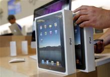 <p>Avec plus de 300.000 iPad vendus en 24 heures et plus d'un million de téléchargements sur la boutique d'applications intégrée, les analystes estiment qu'Apple a mis sous pression ses concurrents qui se préparent à lancer d'ici la fin de l'année leurs propres tablettes. /Photo prise le 3 avril 2010/REUTERS/Robert Galbraith</p>
