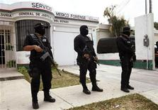<p>Mexican Federal Police stand guard outside the coroner's office, where the body of Monica Beresford-Redman is being held, in Cancun April 8, 2010. REUTERS/Gerardo Garcia</p>