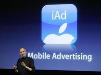 <p>Глава Apple Стив Джобс на презентации новой ОС iAd в Купертино, 8 апреля 2010 года. Глава Apple Стив Джобс представил в четверг новую операционную систему для смартфонов с рекламной платформой iAd и сообщил о превысивших ожидания продажах планшета iPad. REUTERS/Robert Galbraith</p>