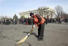 <p>Дворник подметает площадь у здания правительства в центре Бишкека 9 апреля 2010 года.Оппозиционные силы, взявшие власть в Киргизии, наводят порядок в столице после ночных набегов мародеров, обещают не допустить гражданской войны и дают понять, что смещение действующего президента было выгодно России, заинтересованной в закрытии американской авиабазы. REUTERS/Vladimir Pirogov</p>