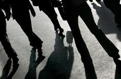 <p>Une personne sur cinq est persuadée de côtoyer des extraterrestres, montre un sondage Reuters-Ipsos, réalisé auprès de 23.000 adultes dans 22 pays. Le sondage révèle que plus de 40% des Indiens et des Chinois interrogés sont persuadés que des extraterrestres déguisés en humains vivent parmi nous. A l'opposé, seuls 8% des Belges, Suédois et Néerlandais y croient. /Photo d'archives/REUTERS/Toby Melville</p>