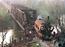 <p>Место падения ракеты НАТО на пассажирский поезд в Сербии. 12 апреля 1999 года в ходе военного конфликта в Косово 14 человек погибли в результате ракетного удара, произведенного войсками НАТО по поезду, переезжавшему через мост на юго-востоке Сербии. REUTERS/Emil Vas</p>